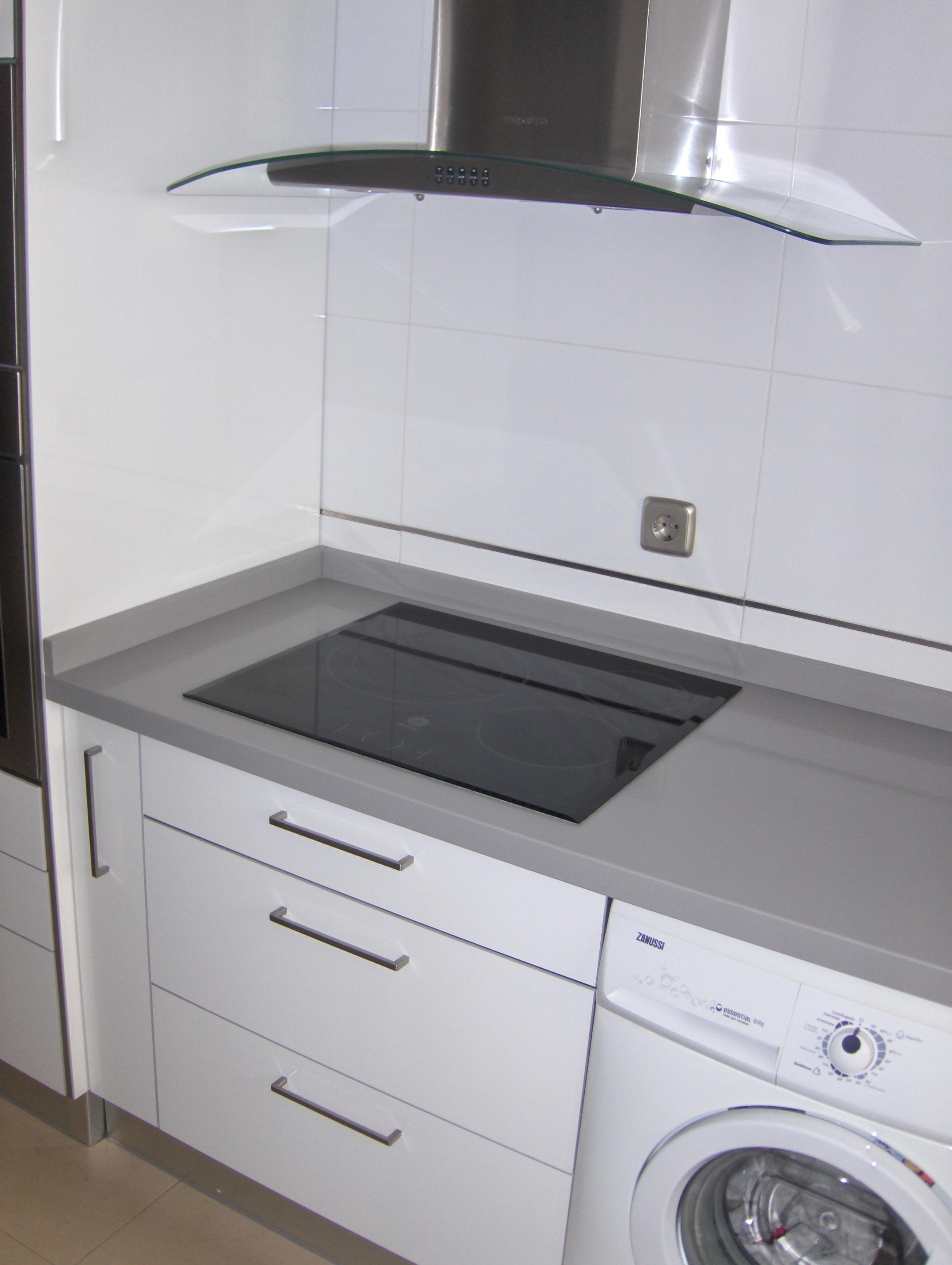 cocinas seleccion sevilla blanca con encimera gris | selección cocinas