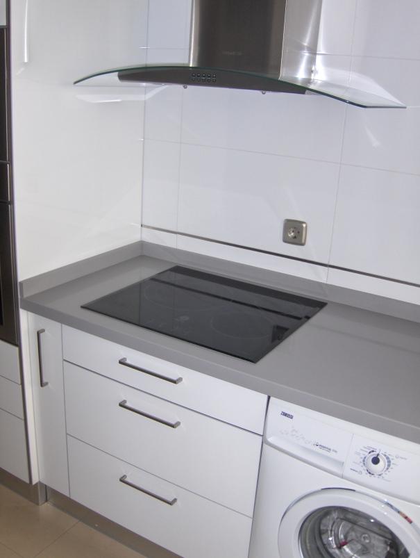 Cocinas seleccion sevilla blanca con encimera gris selecci n cocinas - Cocinas blancas con encimera gris ...