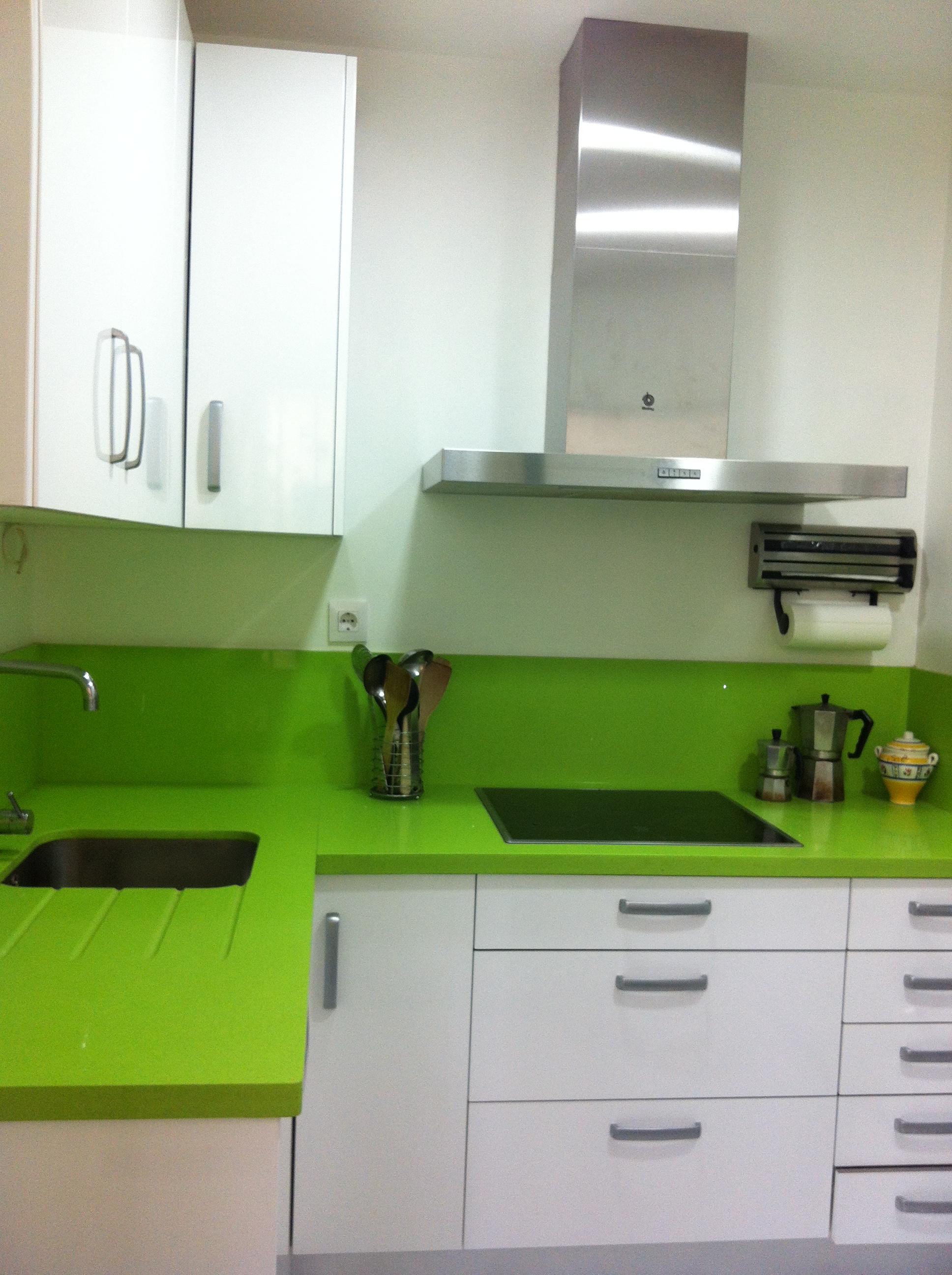Nuestras cocinas selecci n cocinas tienda de cocinas for Cocina encimera verde